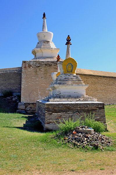 File:Stupy w murze klasztoru Erdene Dzuu 01.jpg