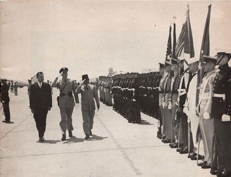 File:Sukarno and Richard Nixon in front of honor guard, Presiden Soekarno di Amerika Serikat, p3.jpg
