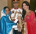 The President, Smt. Pratibha Devisingh Patil presenting the Padma Shri Award to Ms. Aishwarya Rai Bachchan, at the Civil Investiture Ceremony, at Rashtrapati Bhavan, in New Delhi on March 31, 2009.jpg