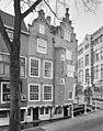 Twee rijksmonumentale panden te Delft, gezien vanaf de Voldersgracht naar de brug van de Cameretten - Delft - 20336038 - RCE.jpg
