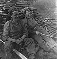 Twee soldaten van de Polar Bear Division zitten in het wapendepot in Soest op ee, Bestanddeelnr 900-3108.jpg