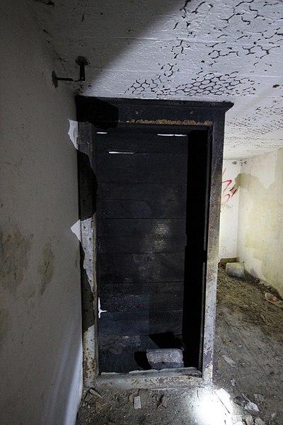 File:Vestige d'une armoire sous la casemate de Bourges du fort de Dognevillle.jpg