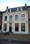 foto van Huis met hoog zadeldak, waarop hoekschoorstenen