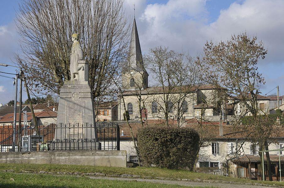 Monument aux morts et église à  Vilosnes-Haraumont