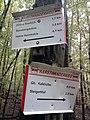 Wegweiser zwischen Kalkhuette und Heimkehle (Ghs Kalkhuette 0,5 km).jpg