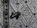 Wien-Josefstadt - Breitenfelder Pfarrkirche - Tordetail mit Türschnalle.jpg