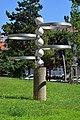 Wien-Ottakring - Gemeindebau Sandleitengasse 9–13 - Aluminiumskulptur Ring-Brunnen von Franz Mynni - 1.jpg