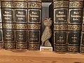 WikiEule zwischen Bänden von Meyers Konversations-Lexikon, 5. Auflage.jpg