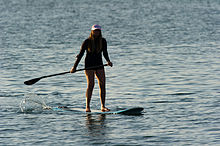https://upload.wikimedia.org/wikipedia/commons/thumb/2/20/Woman_stand_up_paddle_surfing.jpg/220px-Woman_stand_up_paddle_surfing.jpg