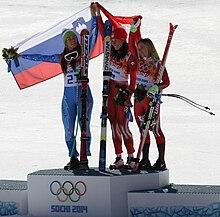 Tina Maze (oro, a sinistra) con la bandiera della Slovenia sul podio della discesa libera di Soči 2014 assieme alle svizzere Dominique Gisin (oro ex aequo, al centro) e Lara Gut (bronzo, a destra)