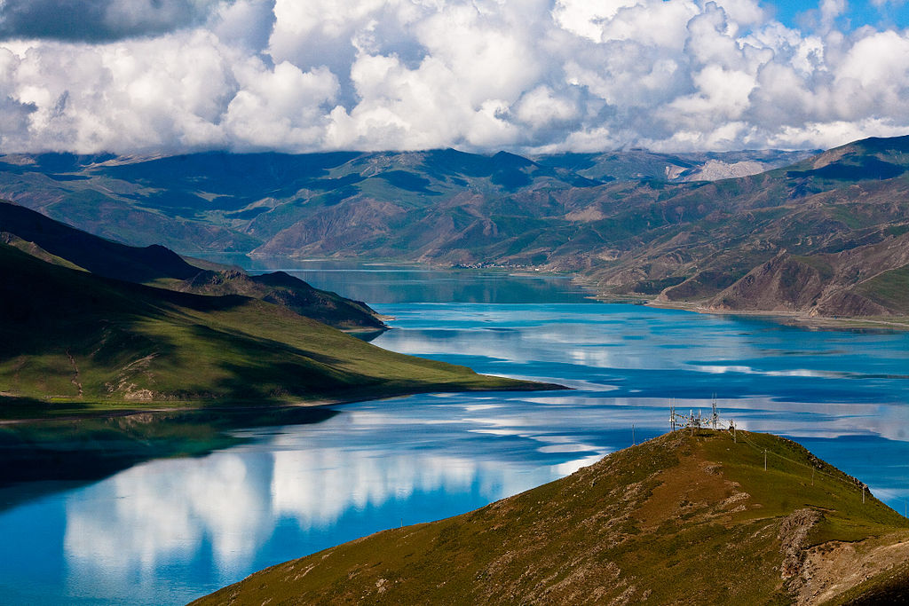 File:Yamdrok Lake, Tibet 2.jpg - Wikimedia Commons