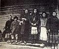 Група маладых жанчын і дзяцей. 1910..jpg