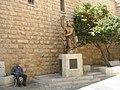 פסל דוד המלך מחוץ לקבר דוד, לצידו רוכל מקומי.JPG