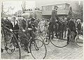 100-jarig A.N.W.B. jubileum herdacht met een tocht per velocipède, de velocipède-berijders bij het vertrek vanaf het raadhuis in Bennebroek. NL-HlmNHA 54013857.JPG