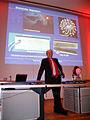 2012-11-13, h, KinderUniHannover Audimax Leibniz Universität Dr.-Ing. Mirko Schaper erläutert brennendes Magnesium.jpg