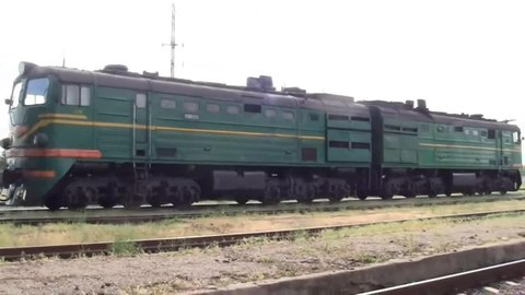 Файл:2TE10L-3246 with freight train, Reni station.webm