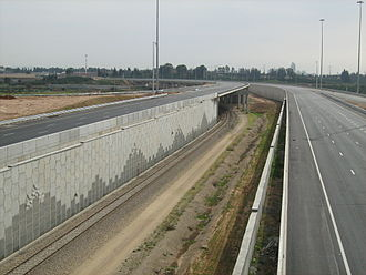 Route 431 (Israel) - Lod - Rishon LeZion Railway entering the median strip south of Nes Ziona Interchage