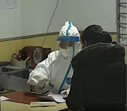 Lekár v ochrannom odeve, pracujúci v nemocnici Hubei TCM Hospital