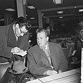 Aankomst en vertrek van Oost Duitse schaker Uhlmann Uhlmann tijdens persconferen, Bestanddeelnr 911-7938.jpg