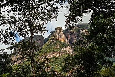 Abrolhos, uma das montanhas do maciço Marumbi, visto dos trilhos.jpg