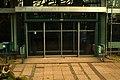 Ada-und-Theodor-Lessing-Volkshochschule VHS Hannover Eingang Theodor-Lessing-Platz mit Aufkleber City2Click, im Hintergrund Glasfenster von Gerhard Wendland.jpg