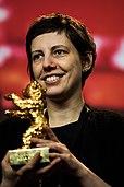 Adilia Pintilie mit der gewonnenen Berlinale-Preistrophäe