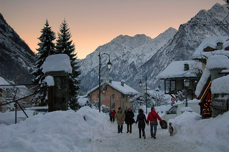 File:Alagna Valsesia at winter dusk.JPG