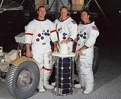 משמאל לימין: סקוט, וורדן ואירווין לרגליהם הלוויין ששיגרו, ומשמאלם רכב הירח