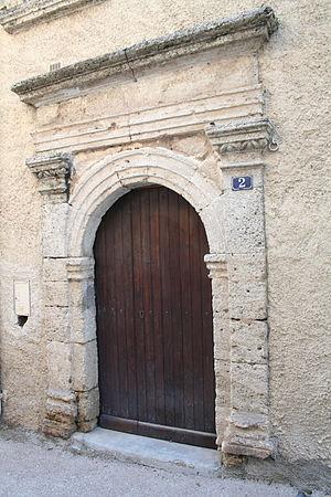 Aumes - Image: Aumes porte presbytere
