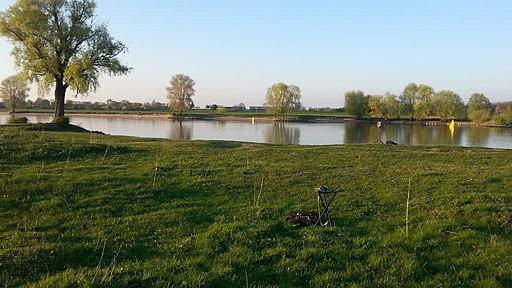 Avond aan de Maas bij Bokhoven