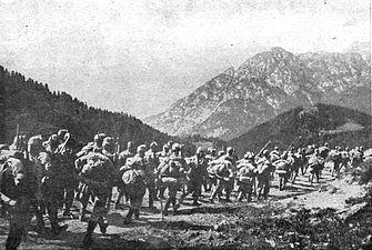 Avstro-ogrski vojaki na maršu na bojišče.jpg