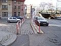Bělehradská, chodník u nádraží.jpg