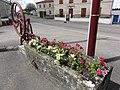 Behonne (Meuse) pompe-fontaine fleurie.jpg