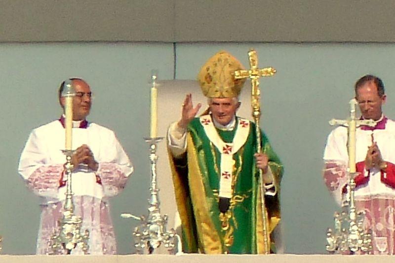 Datei:Benedikt.Messe.Freiburg.Papst.klein.jpg