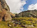 Bergtocht van parkeerplaats bij centrale Malga Mare naar Lago Lungo. Passage tussen de rotsen 02.jpg