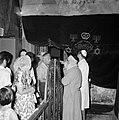 Bezoekers staan voor een hekwerk in de ruimte van de grafsteen, Bestanddeelnr 255-2331.jpg