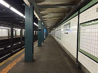Broadway (IND Crosstown Line) - Queens bound platform