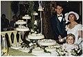 Bruidspaar Mirjam Kooren en Jan Remmert Pels bij hun 7 etages tellende, 30 kilogram zware bruidstaart in restaurant Les Jumeaux in Bennebroek. NL-HlmNHA 54035246.JPG