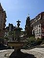 Brunnen und Statue (Karlsbad).JPG