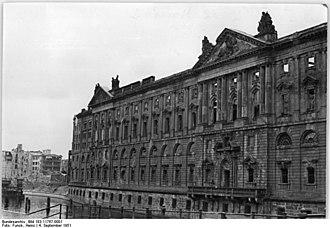 Neuer Marstall - Beschädigungen 1951; Ruins of the Neuer Marstall in 1951
