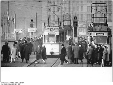 Bundesarchiv Bild 183-B0303-0100-038, Leipzig, Straßenbahnen, Haltestelle.jpg