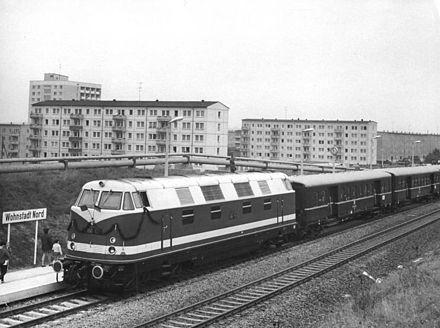 440px-Bundesarchiv_Bild_183-H0927-0016-001,_Halle,_Halle-Nord,_Bahnhof,_Zug.jpg