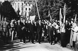 Treaty of Zgorzelec - Grotewohl (l.) and Cyrankiewicz walking to the Zgorzelec community centre to sign the treaty