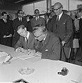 Burgemeester Thomassen zette handtekening onder aanmeldingsformulier voor Rotter, Bestanddeelnr 919-4865.jpg