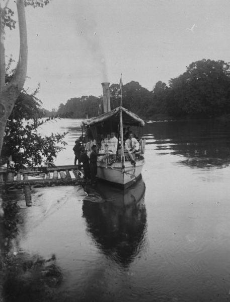 File:COLLECTIE TROPENMUSEUM Assistent-resident Rademakers maakt met gasten een tocht per boot op de Tulang Bawang rivier bij Menggala TMnr 60034994.jpg
