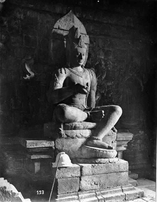 COLLECTIE TROPENMUSEUM Boeddhistisch beeld van mogelijk acoliet in de tempel Tjandi Mendoet rechts. TMnr 60004721