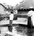 COLLECTIE TROPENMUSEUM Drinkwatervoorziening in de kampong bij de S.F. Djatiroto TMnr 10010422.jpg