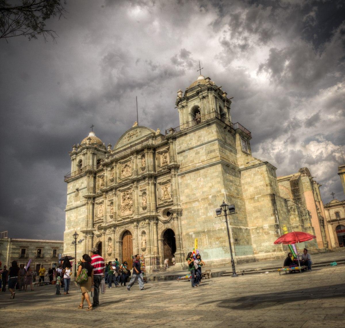 Personas caminando a las afueras de la Catedral de Oaxaca