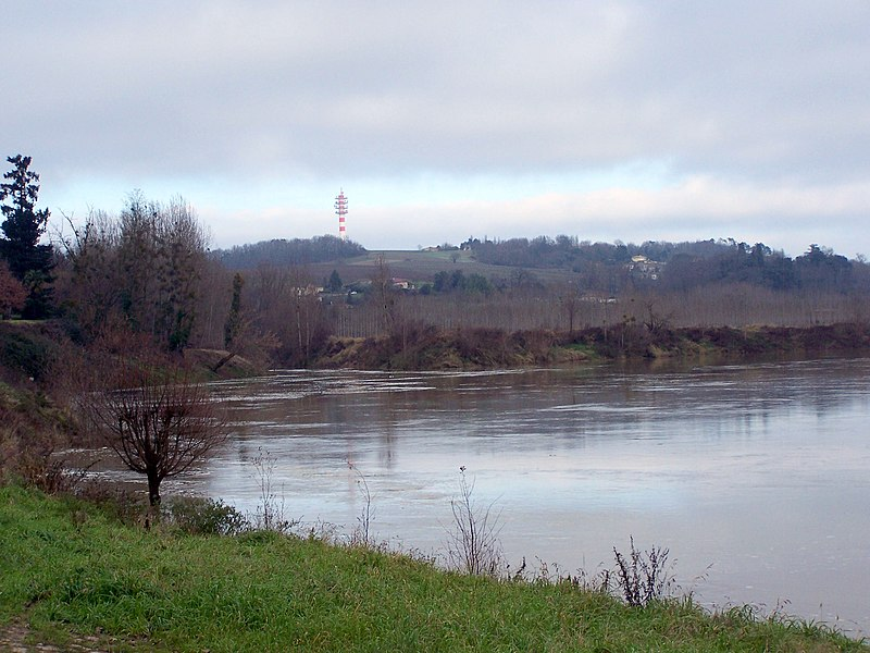 Confluence of Drot and Garonne river in Caudrot (Gironde, France)