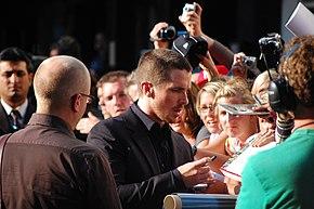Christian Bale firma autografi a New York per la prima de Il cavaliere oscuro (2008)